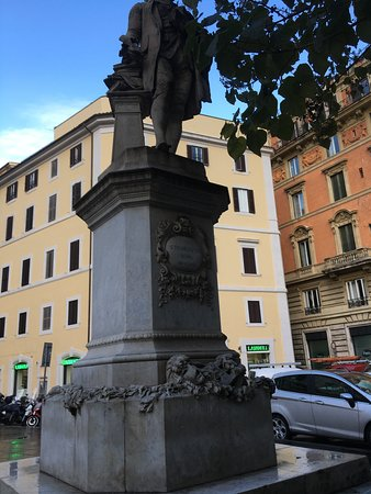 monumento in marmo di Pietro Metastasio