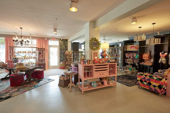 Anna Maria, FL: Pink & Navy Boutique carries women's, men's, children's and gift items.