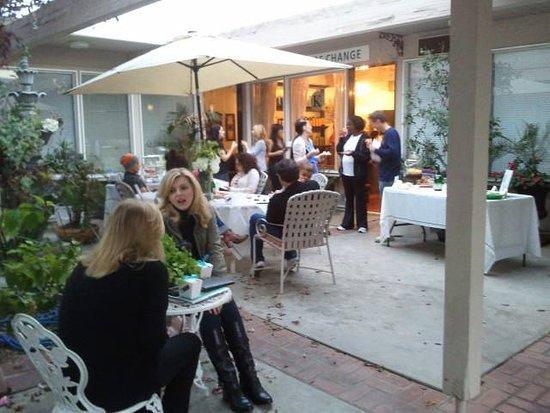 Sierra Madre, Kalifornie: Courtyard event at Butterfly Effect Day Spa