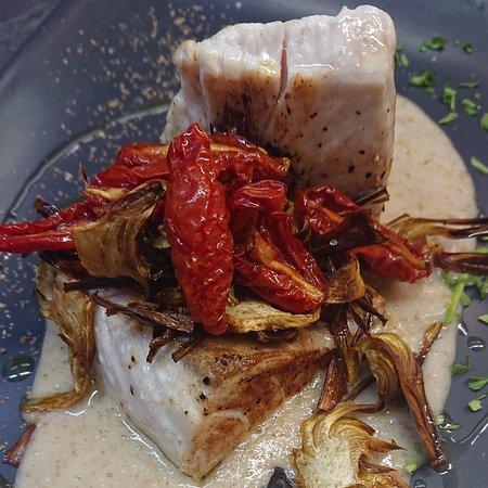 Filetto di ricciola in salsa di pane chips carciofi pomodorini confit