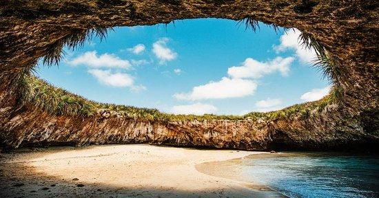 Assim como Puerto Vallarta, Riviera Nayarit não contém nada produzido fora do México. A região fica extremamente próxima de Vallarta e também oferece praias paradisíacas, algumas ótimas para surfar e outras exclusivas - como a Playa Escondida (foto), onde só é possível chegar nadando. Destaque também para as pequenas vilas, cheias de lojinhas restaurantes e hotéis.