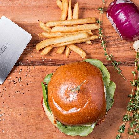 Grand Burger: hambúrger caseiro, pão de hambúrger, muçarela, bacon, tomate e alface
