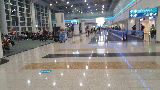 Aeroporto de Wayne County: Macnamara airport detroit  passenger gate area