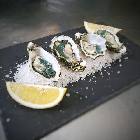 """""""La massima espressione della tecnica di affinamento delle ostriche della zona Marennes Oleron. Dopo essere cresciuta nel parco marino, viene spostata per l'affinamento nelle claires per 8 mesi. Il risultato è un mollusco dal gusto pieno, croccante, avvolgente, con note vegetali e di nocciola."""" (David Hervé - ostricoltore)  È per questo che abbiamo scelto di avere in menù soltanto una varietà  di ostriche."""
