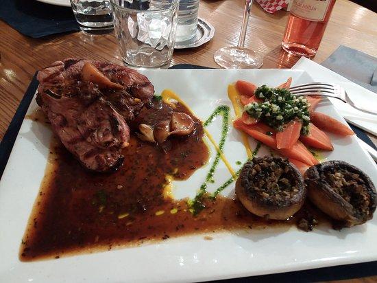 Côtes d'agneau, champignons farcis, carottes persillade.