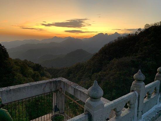 Национальный парк Вудангшан, Китай: Wonderful sunrise from the 3rd floor of Top Zero Hotel