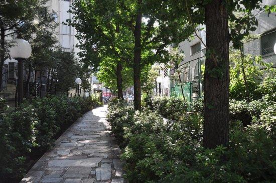 Shikinoji, Shinjuku Promenade Park: 木々に覆われた都電跡地