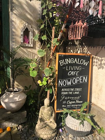 Giovanna Photography & Coffee House: Amazing cafe in homewares street in Changgu. Visited Bungalow Bali and this cafe is down the alley opposite. The Vegan special was amazing as was the hot cakes with blueberries. Service and surroundings are delightful.