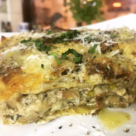 Dai nostri COTTI A LEGNA, Lasagna con Funghi Porcini, Salsiccia di Maiale, Tartufo Nero.