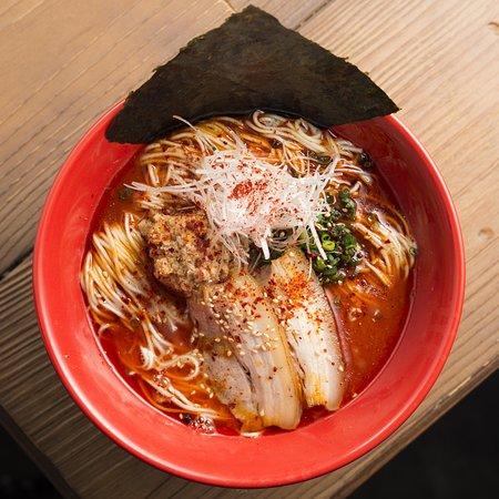 SPICY RED MISO DRAGON。豚骨スープを使用し、秘伝の味噌だれを合わせた。そこに数種類のスパイスを混ぜ合わせた味わい深い一品。
