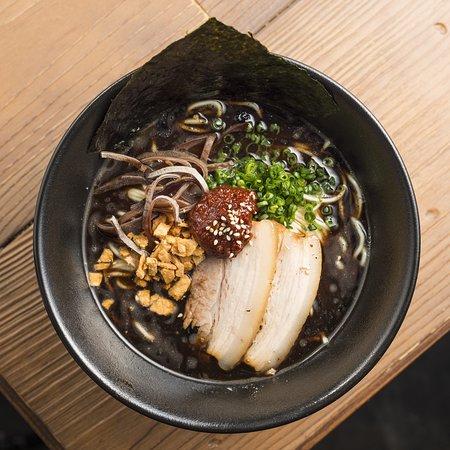 BLACK GARLIC ORIGINAL。豚骨スープに、数種類の野菜と産地にこだわったニンニクで作った自家製の黑マー油を入れたパンチの効いた一品。