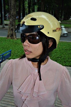 Ciudad Ho Chi Minh, Vietnam: In attesa di partire in moto - Ho Chi Minh City - Vietnam. Cliccare sulla foto per vederla come scattata.