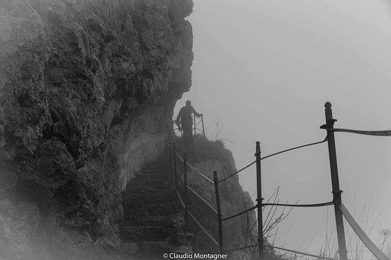 Brinzio, Italia: Campo dei Fiori, la palestra di roccia avvolta nella nebbia Ph: Claudio Montagner