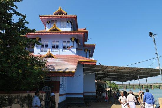 Parassinikadavu, India: Temple at the river