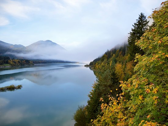 Jachenau, Nemecko: Especially in the fall, when the fog over the lake clears in the morning, the Sylvensteinsee in Bavaria is a great destination. * 🌀Besonders im Herbst, wenn sich am Morgen die Nebel über dem See lichten ist der Sylvensteinsee in Bayern ein tolles Ausflugsziel. * * #visitbavaria #explorebavaria #traveltipps #worldnomads #diytravel #diytraveler #travelcouple #wanderlust #germany #sylvensteinspeicher #lake #autumn #mountains