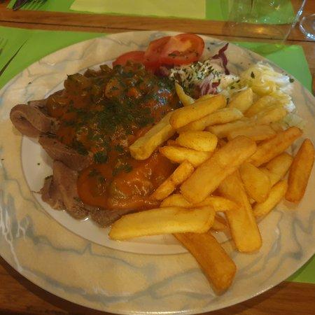 Langue de bœuf à la sauce au vin rouge champignons et cornichons.... p.croquettes au beurre