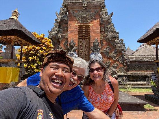 I migliori tour di Ubud: cascata, terrazze di riso e foresta delle scimmie: With our guide, Ajuzt, at the Batuan Temple.
