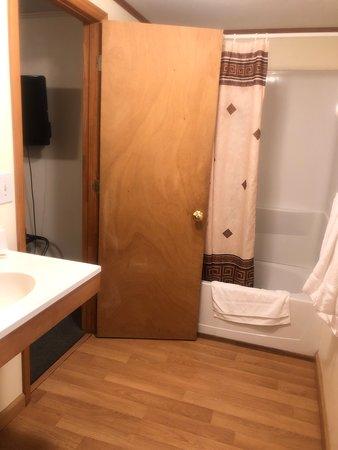 Bainbridge, NY: Large bathroom