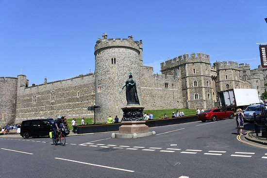 Queen Victoria Statue with the walls of Windsor Castle in the background.