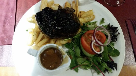 Warwick, Австралия: Steak. Burnt on the outside and raw in the middle. Also lots of horrid gristle.