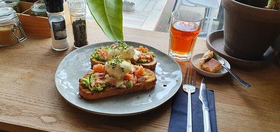eggs benedict, super lekker ! twee gepocheerde eitjes op toast met avocado, bacon of warmgerookte zalm en hollandaidesaus.