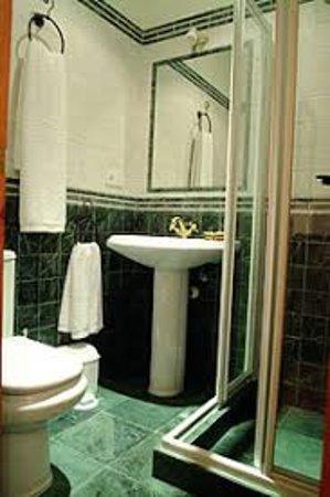 Navas de Estena, Spain: baños independientes en todas las habitaciones