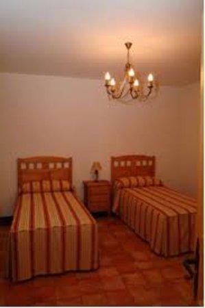 Navas de Estena, Spain: habitaciones amplias, individuales y de matrimonio