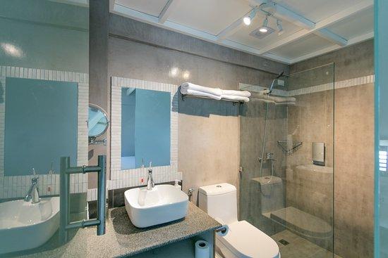 Studio Room Pool View Bathroom