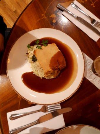 чикен-пай с картофельным пюре под карамелизированным соусом