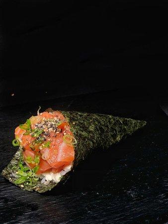 Sushi Yang: Temaki de Salão com Philadelfia, servido com cebolinha e gergelim!