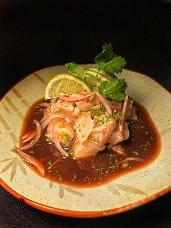 Sushi Yang: Ceviche Nikon, prato tradicional peruano, com um toque japonês! O peixe é levemente cozido pela acidez do limão, temperado com coentro, cebola roxa e pimenta de cheiro. Um sabor irresistível!