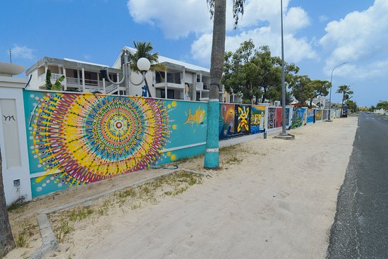 """Marigot, Sint Maarten: Wall Of Art avec en premier plan la réalisation d'un artiste local très connu """"MASH"""""""