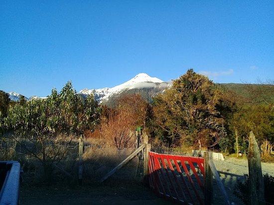Puelo, Chile: vista del volcán Yates desde Raymapu