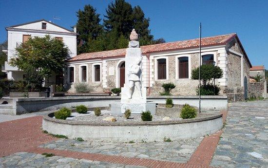 Decollatura, Italia: Monumento e piazza