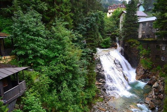 Bad Gastein, Oostenrijk: Водопадик в городке Бад-Гаштайн