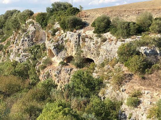 Province of Matera, İtalya: More caves in the ravine
