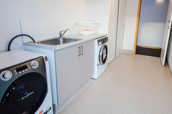 Railton, Australia: The laundry has a front-loading washer and separate dryer. There is also an outside line.