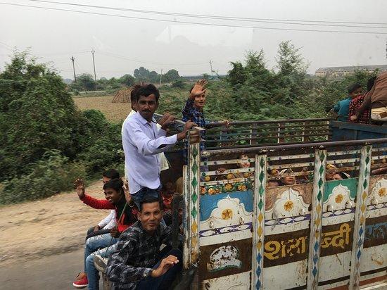 Gwalior District, India: i fantastici indiani ci salutano durante i nostri spostamenti in bus.