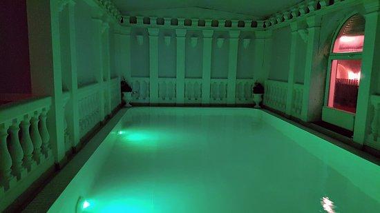 Chvalovice, צ'כיה: Bazén s příjemně ohřátou vodou. Barvy osvětlení se v pravidelných intervalech mění a takto navozují emotivnější prožitek