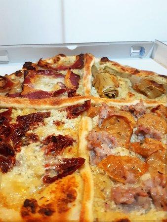 pizza al piatto d'asporto. 4 Stagioni autunnale: speck e gorgonzola, pomodori secchi, salsiccia e funghi porcini, carciofi romani.