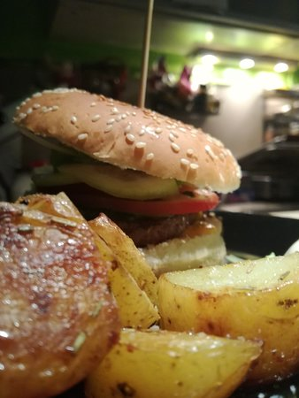 È già la seconda volta che andiamo alla serata All You Can Hamburger, panini con contorno di patate onestamente buoni e con tante scelte e ad un prezzo onestissimo. Ci torniamo sempre volentieri 😉
