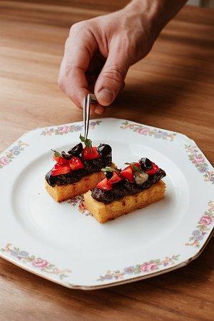 Polenta grillada con morcilla y frutos rojos