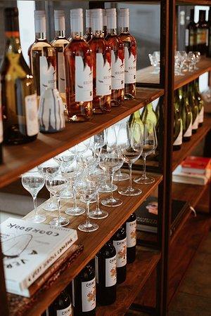 Nuestra estantería de vinos y libros