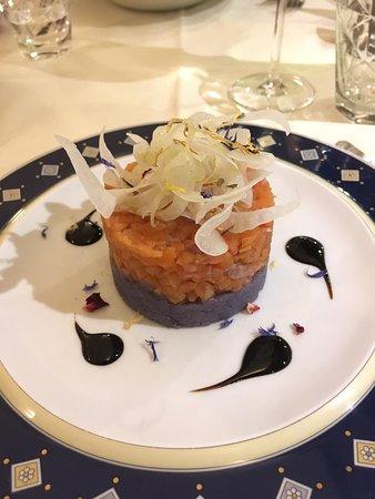 Tartare di trota affumicata con patate viola e finocchi conditi.