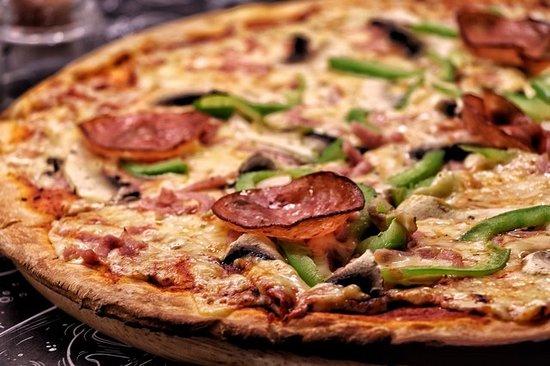 CAPRICCIOZA Σάλτσα τομάτας, τυρί, ζαμπόν, μανιτάρι, πιπεριά, πεπερόνε