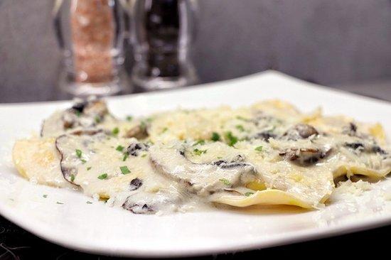 CAPELLI Kαπέλι, γέμιση τυριών, μανιτάρι, λευκή σάλτσα τυριών, παρμεζάνα.
