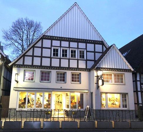 Rietberg, Alemania: Päusken. Außenansicht. Innen haben gut 35 Personen Platz. Direkt vor der Tür befinden sich noch einige Tische - sehr gut für den Sommer!