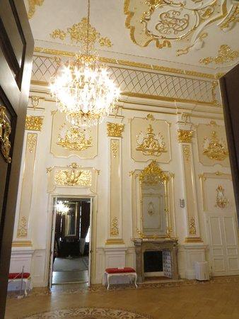 самый красивый зал...чем-то напоминает дворцы пригородов петербурга