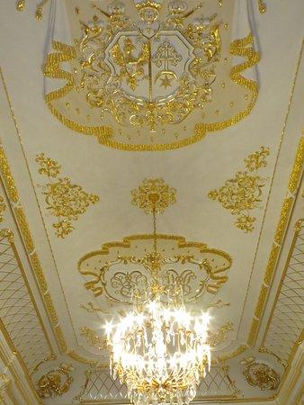 много золота на стенах и потолке