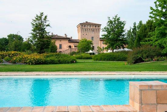Chiavenna Landi, Italy: Il castello Conte Landi visto dalla piscina del nostro parco.